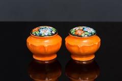 Ceramiczni pomarańczowi garnków soli i pieprzowych kwiatów potrząsacze Obraz Stock