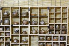 Ceramiczni produkty na drewnianej ramie Zdjęcia Stock