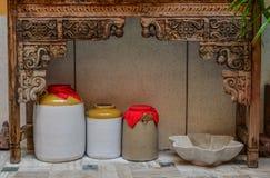 Ceramiczni słoje przy domem obrazy royalty free