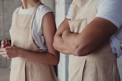 Ceramiczni ucznie jest ubranym fartuchy i uczy się od ich mistrzowskiego ceramist fotografia royalty free