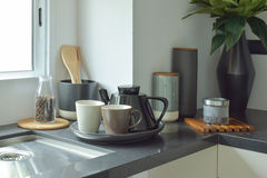 Ceramiczny artykuły na czarnym odpierającym wierzchołku w kuchni obraz stock