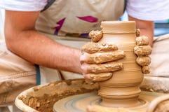 Ceramiczny artysta robi glinianemu garnkowi w warsztacie fotografia royalty free