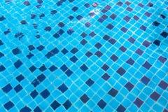 Ceramiczny baseboard przy dnem basenu widok przez wody Abstrakt obraz royalty free