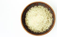 Ceramiczny brązu puchar z długimi ryż na białego tła odgórnym widoku zdjęcie stock