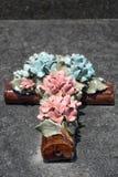Ceramiczny chrześcijanina krzyż z colourful kwiatami obrazy royalty free