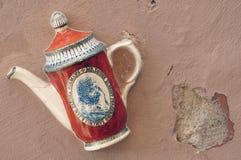 Ceramiczny czajnik na ścianie Vilnius, Lithuania zdjęcia royalty free