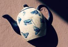 Ceramiczny czajnik na ścianie Vilnius, Lithuania obraz stock