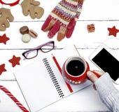 Ceramiczny czerwony kubek z czarną kawą w żeńskiej ręce fotografia stock