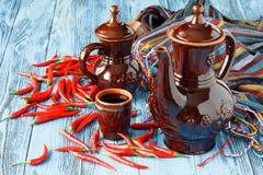 Ceramiczny dzbanek dla wina i kubka czerwone wino obraz stock
