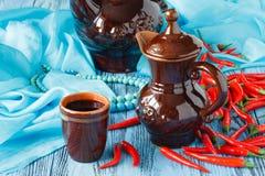 Ceramiczny dzbanek dla wina i kubka czerwone wino obrazy stock
