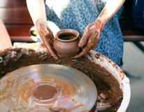 Ceramiczny dzbanek w garncarek rękach Zdjęcie Royalty Free