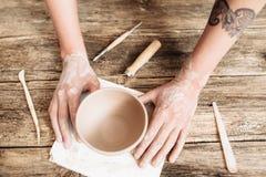 Ceramiczny formierstwo na drewnianym stołowym odgórnym widoku obraz royalty free