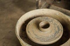 Ceramiczny koło z niedokończonym glinianym garnkiem obraz stock