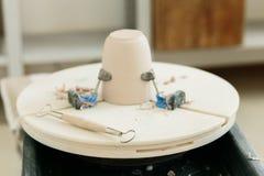 Ceramiczny kubek robi? na garncarce toczy wewn?trz warsztat obrazy royalty free
