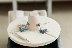 Ceramiczny kubek robi? na garncarce toczy wewn?trz warsztat zdjęcie royalty free