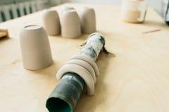 Ceramiczny kubek robi? na garncarce toczy wewn?trz warsztat obraz royalty free