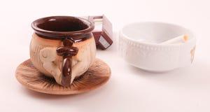 Ceramiczny kubek z białym pucharem fotografia royalty free