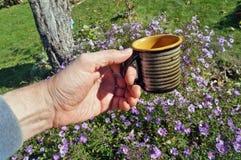 Ceramiczny kubek z kompotem w ręce ogrodniczka rolnik fotografia royalty free
