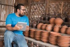 Ceramiczny producent z pastylka komputerem osobistym zdjęcie royalty free