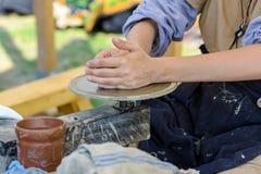 Ceramiczny przydatny rzemiosło - pracujący przy potter& x27; s koło zdjęcia stock