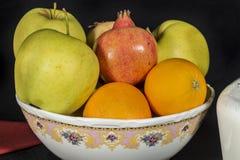 Ceramiczny puchar pełno owoc obraz royalty free