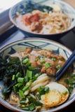 Ceramiczny puchar tradycyjna azjatykcia ramen polewka z kluskami, wiosny cebula, kurczak, pokrojony jajko obraz royalty free