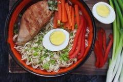 Ceramiczny puchar tradycyjna azjatykcia ramen polewka z kluskami, wiosny cebula, kurczak, pokrojony jajko, słuzyć z drewnianymi c zdjęcie stock