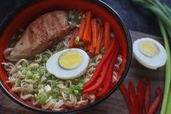 Ceramiczny puchar tradycyjna azjatykcia ramen polewka z kluskami, wiosny cebula, kurczak, pokrojony jajko, słuzyć z drewnianymi c zdjęcie royalty free