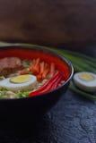 Ceramiczny puchar tradycyjna azjatykcia ramen polewka z kluskami, wiosny cebula, kurczak, pokrojony jajko, słuzyć z drewnianymi c obrazy stock