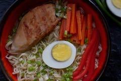 Ceramiczny puchar tradycyjna azjatykcia ramen polewka z kluskami, wiosny cebula, kurczak, pokrojony jajko, słuzyć z drewnianymi c obraz royalty free