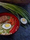 Ceramiczny puchar tradycyjna azjatykcia ramen polewka z kluskami, wiosny cebula, kurczak, pokrojony jajko, słuzyć z drewnianymi c zdjęcia stock