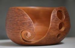 Ceramiczny puchar z drewno adrą zdjęcia royalty free