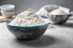 Ceramiczny puchar z mąką fotografia stock