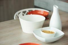 Ceramiczny puchar z surowymi fusilli bielu i makaronu naczyniami na kuchni fotografia stock