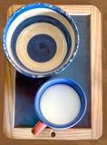 Ceramiczny pucharu i filiżanki mleko na blackboard Obrazy Royalty Free