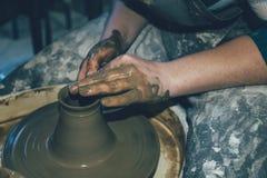 Ceramiczny robić, brudzi ręki w mokrej glinie zdjęcia royalty free
