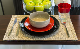 Ceramiczny tableware na stole Fotografia Royalty Free
