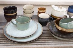Ceramiczny tableware w sklepowym okno zdjęcia royalty free