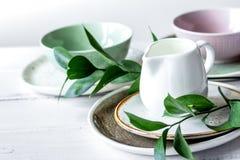 Ceramiczny tableware z kwiatami na białym tle zdjęcie royalty free