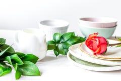 Ceramiczny tableware z kwiatami na białym tle zdjęcia royalty free