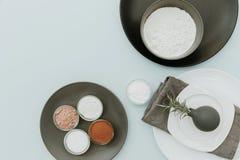 Ceramiczny tableware z wypiekowymi ingredientes odgórny widok na pastelowym tło egzaminie próbnym up fotografia royalty free
