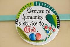 Ceramiczny talerz mówi usługa ludzkość jest Usługowa bóg w Meru, Kenja, Afryka fotografia stock