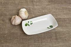 ceramiczny talerz na tekstylnym tle Zdjęcie Royalty Free