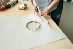 Ceramiczny talerz robi? na garncarce toczy wewn?trz warsztat zdjęcie stock