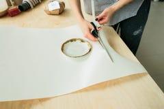 Ceramiczny talerz robi? na garncarki kole na drewnianym stole fotografia royalty free