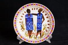 Ceramiczny talerz z krajową postacią Odizolowywający na czerni Zdjęcie Stock