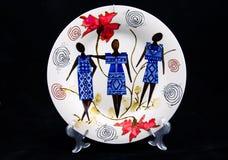 Ceramiczny talerz z krajową postacią Odizolowywający na czerni Obrazy Stock