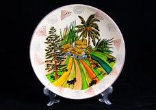 Ceramiczny talerz z krajową postacią Odizolowywający na czerni Fotografia Stock