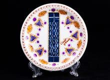Ceramiczny talerz z krajową postacią Odizolowywający na czerni Obraz Stock