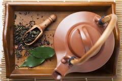 Ceramiczny teapot na drewnianej tacy zdjęcia royalty free